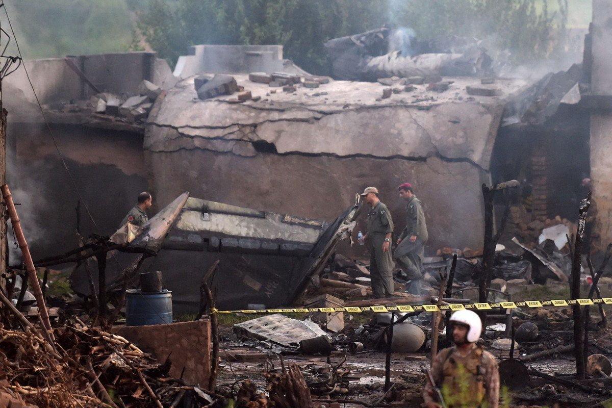پائلٹ اور عملے سمیت 17 افراد شہید